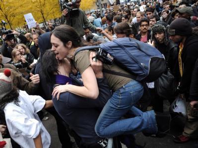 Wie US-Medien berichteten, bahnten sich etwa 750 Demonstranten durch Polizeikontrollen den Weg zurück in den Zuccotti Park. Foto: Justin Lane