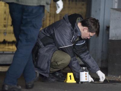 Ein Ermittler des LKA sichert in Berlin Spuren eines vermeintlichen Brandsatzes. Foto: Robert Schlesinger