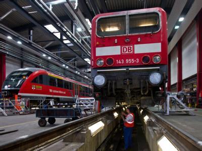 Eine Elektrolokomotive der Baureihe 143 wird gewartet. Die Bahn bereitet sich derzeit intensiv auf den bevorstehenden Winter vor. Foto: Jens Wolf