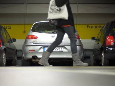 Eine Frau läuft durch ein Parkhaus in der Stuttgarter Innenstadt. Foto: Michele Danze