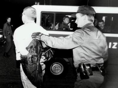 V-Mann Tino Brandt wird am 16.09.1995 durch die Jenaer Polizei nach einem Überfall von Thüringer Nazis auf das Planetarium in Gewahrsam genommen. Insgesamt gab es über 30 Verhaftungen. Die Ermittlungen wurden ein halbes Jahr später von der Staatsanwaltsch