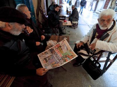 Zeitungsleser in Istanbul informieren sich über die Verbrechen in Deutschland. Foto: Tolga Bozoglu