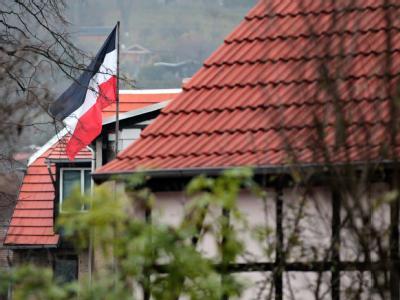 Reichsflagge im Hof des