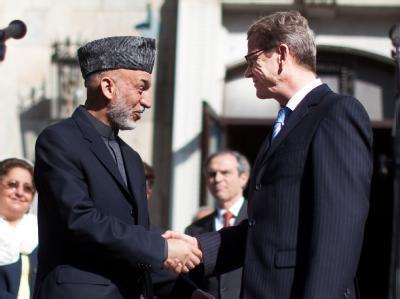 Außenminister Guido Westerwelle (FDP) wird in Kabul von Afghanistans Präsident Hamid Karsai nach einem Gespräch verabschiedet. Westerwelle hält sich zu einem eintägigen Besuch in Kabul auf. Foto: Michael Kappeler