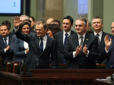 Schmerzhafte Einschnitte, Erhöhung des Rentenalters - Ministerpräsident Donald Tusk (l.) hat den Polen in seinem Regierungsprogramm härtere Zeiten angekündigt. Die Vertrauensabstimmung im Parlament gewann er dennoch. Foto: Tomasz Gzell