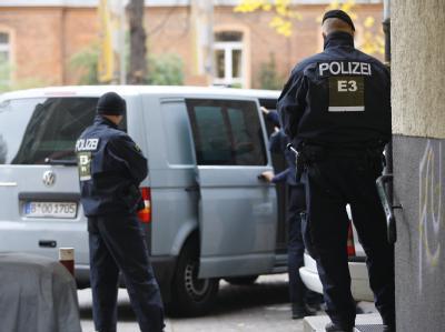 Polizeibeamte vor dem Haus, in dessen Innenhof das tote Kind gefunden wurde. Foto: Florian Schuh
