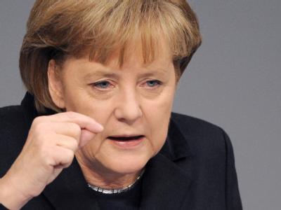 Die Opposition schimpft  - Kanzlerin Angela Merkel weist die Kritik zurück und bleibt eisern in Sachen Euro. Foto: Rainer Jensen