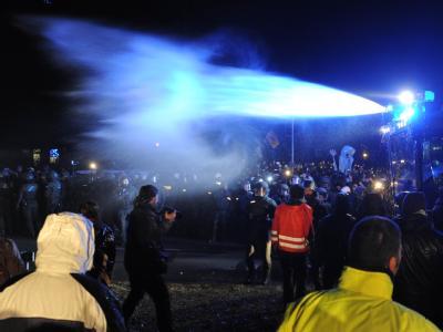 Die Polizei setzt in Metzingen Wasserwerfer gegen Atomkraft-Gegner ein, die als Protest gegen den Castor-Transport die Bundestraße 216 blockieren. Foto: Julian Stratenschulte
