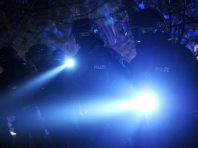 Polizisten stehen in Metzingen (Kreis Lüchow-Dannenberg) bei einer Demonstration von Atomkraft-Gegner. Foto: Julian Stratenschulte