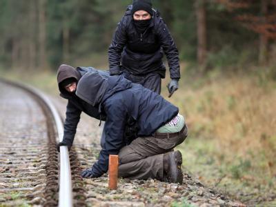 Atomkraftgegner versuchen, die Schienen der Castor-Transportstrecke zwischen Leitstade in Hitzacker zu unterhöhlen.Foto: Kay Nietfeld