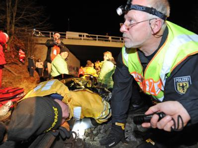 In der Nähe von Lüneburg haben sich Greenpeace-Mitglieder an den Gleisen auf der Castor-Strecke festgekettet. Beamte der Bundespolizei untersuchen, wie sie befestigt sind. Foto: Marc Müller