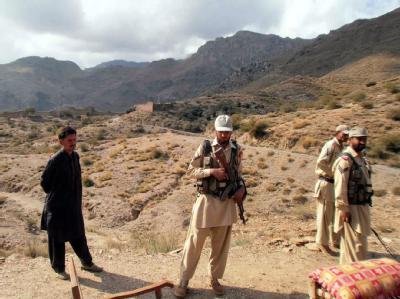Pakistanisches Militär patrouilliert im Grenzgebiet zu Afghanistan. Im Stammesgebiet Mohamad sind mindestens zwei Dutzend pakistanische Soldaten von Nato-Truppen getötet worden. Foto: Afzal Shah