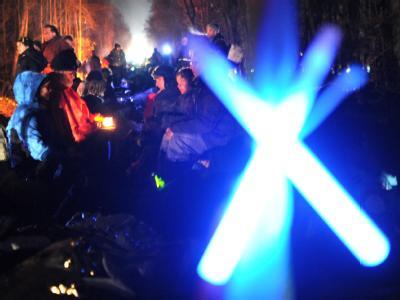Demonstranten haben die Gleise der Zugstrecke Lüneburg-Dannenberg besetzt. Der 13. Castor-Transport mit deutschem Atommüll aus der französischen Wiederaufarbeitung ist auf dem Weg ins atomare Zwischenlager in Gorleben. Foto: Christian Charisius