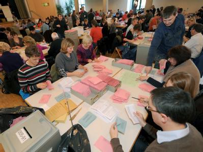 In Stuttgart werden die Briefabstimmungsunterlagen der Volksabstimmung über die Finanzierung des Bahnprojekts Stuttgart 21 ausgezählt. Foto: Franziska Kraufmann