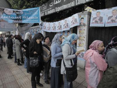 Vor vielen Wahllokalen in Kairo bildeten sich am ersten Tag der Wahl lange Warteschlangen. Foto: Andre Pain