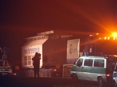 Der Konvoi mit Castorbehältern fährt in Dannenberg vom Verladekran aus in das Zwischenlager in Gorleben. Foto: Jochen Lübke