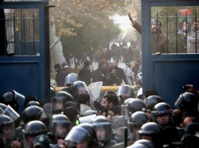Die Polizei konnte oder wollte den Sturm auf die britische Botschaft nicht verhindern. Foto: Abedin Taherkenareh