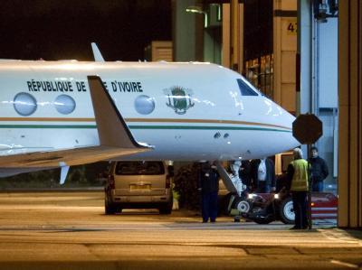 Die Maschine mit Laurent Gbagbo nach ihrer Landung in den Niederlanden. Foto: Toussaint Kluiters