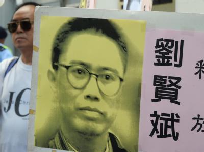 Protest in Hongkong: Ein Demonstrant einer Menschenrechtsgruppe mit einem Poster des chinesischen Dissidenten Liu Xianbin (Archivbild vom 27.08.2010). Ein weiterer Demokratieaktivist wurde an Weihnachten zu zehn Jahren Haft verurteilt. Foto: Mike Clarke/A