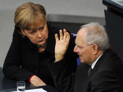 Bundeskanzlerin Merkel und Bundesfinanzminister Schäuble am Freitag im Bundestag in Berlin. Foto: Tim Brakemeier