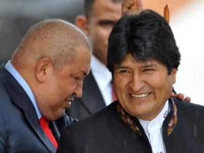 Venezuelas Präsident Hugo Chavez (L) neben seinem bolivianischen Amtskollegen Evo Morales. Foto: Alejandro Bolivar