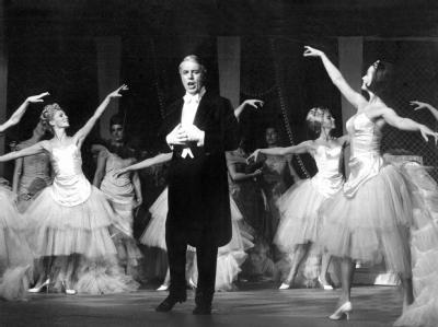 Johannes Heesters tritt als Graf Danilo in der Operette «Die lustige Witwe» im Oktober 1964 im Berliner Theater des Westens auf. Foto: dpa