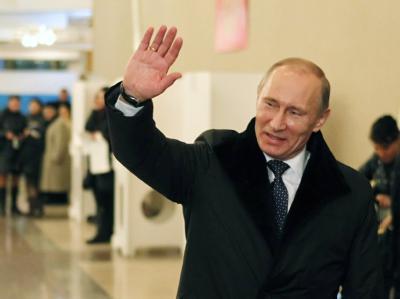 Zuversichtlich: Regierungschef Putin zeigt sich nach der Abgabe seiner Stimme sichtlich gut gelaunt. Foto: Yuri Kochetkov