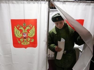 Russland wählt: Ein Mann verlässt in der Ortschaft Podolsk die Wahlkabine. Foto: Sergei Ilnitsky