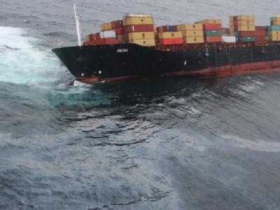 Die havarierte «Rena» vor der Küste Neuseelands bleibt eine Gefahr. Schon wieder ist Öl aus dem Unglücksfrachter ausgetreten. Und wegen des schlechten Wetters mussten die Bergungsleute ihre Arbeiten erneut unterbrechen. Foto: Maritime New Zealand