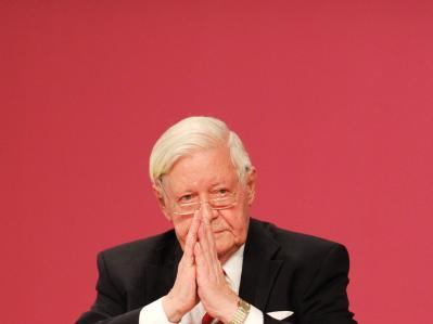 Altkanzler Helmut Schmidt bedankt sich nach seiner Rede für den Beifall. Foto: Hannibal