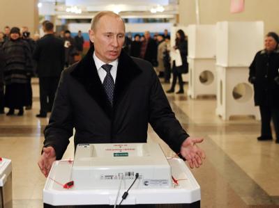 Wladimir Putin wählt. Foto: Yuri Kochetkov