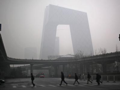 Fußgänger im Smog von Peking. Foto: How Hwee Young