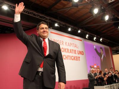 Der SPD-Vorsitzende Sigmar Gabriel bedankt sich auf dem Bundesparteitag nach seiner Rede für den anhaltenden Applaus. Foto: Wolfgang Kumm
