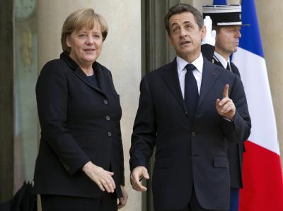 Frankreichs Präsident Sarkozy und Kanzlerin Merkel sprechen ihre Strategie bei der Euro-Schuldenkrise vor dem EU-Gipfel ab. Foto: Ian Langsdon