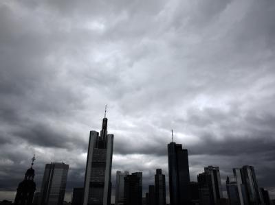 Die Skyline der Stadt Frankfurt unter grau bewölktem Himmel. Die Schuldenkrise könnte Deutschland seine Topbonität kosten. Foto: Fredrik von Erichsen