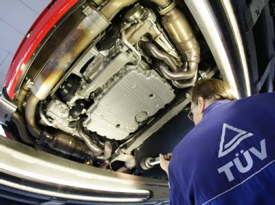 Rund acht Millionen Pkws erfüllen nicht auf Anhieb die Anforderungen an die technische Sicherheit und müssen erst in die Werkstatt, bevor sie die TÜV Plakette bekommen. Foto: David Ebener
