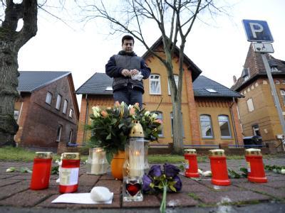 Ein Mann gedenkt am Tatort im niedersächsischen Stolzenau einem 13-jährigen Mädchen, dass von seinem Vater erschossen wurde. Von dem flüchtigen Vater fehlt weiter jede Spur. Foto: Alexander Körner