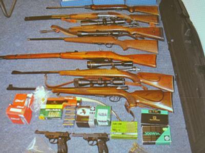 Diese Waffen wurden bei mehreren Mitgliedern rechtsextremer Organisationen in Bremen beschlagnahmt. Foto: Carmen Jaspersen
