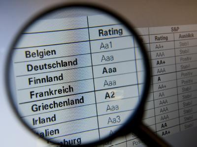 Die Ratingagentur Standard and Poor's will mehrere europäische Länder herabstufen. Foto: Sebastian Kahnert/Archiv