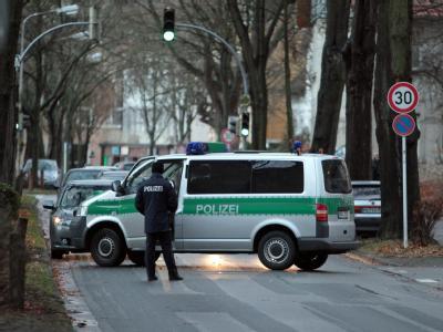 SEK-Beamte: Nach der Entdeckung des Fluchtautos durchsuchen Spezialkräfte der Polizei in Minden nach dem Vater des erschossenen 13-jährigen Mädchens aus Niedersachsen. Foto: Oliver Krato