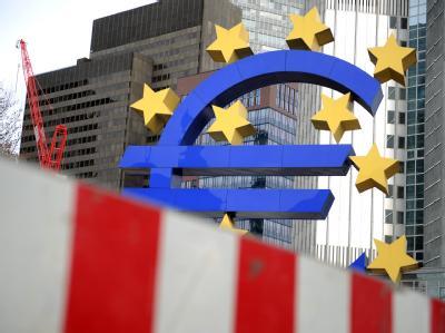 Baustelle Euro: Hinter einer Bauzaunabsperrung steht das Euro-Symbol vor der Europäischen Zentralbank in Frankfurt am Main. Foto: Uwe Zucchi