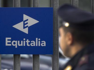 Ein Polizist vor dem Ziel des Briefbombenanschlags in Rom, der Zentrale von Equitalia. Foto: Claudio Peri