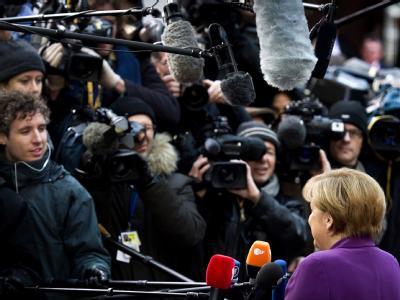 Merkel und die Medienmeute beim Brüsseler Krisengipfel. Foto: Koen van Weel