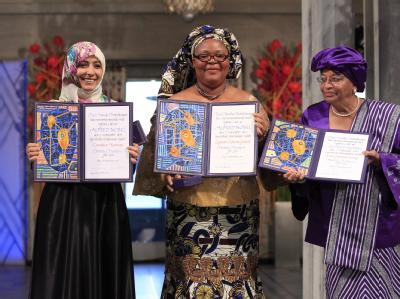 Die mit dem Friedensnobelpreis ausgezeichneten (l-r) Tawakul Karman (Jemen) sowie Leymah Gbowee und Ellen Johnson-Sirleaf (beide Liberia) bei der Zeremonie in Oslo. Foto: Cornelius Poppe