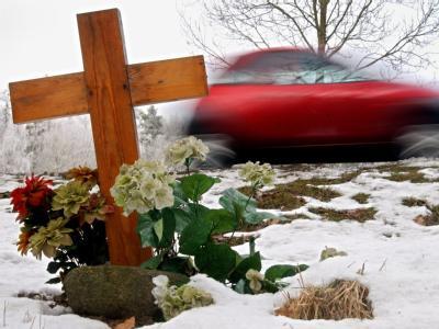 Die Zahl der Verkehrstoten in Deutschland wird nach Einschätzung von Experten 2011 erstmals seit 20 Jahren wieder steigen. Foto: Jens Büttner/Archiv
