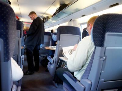 Fahrgäste in einem ICE: Auch im November ist fast jeder vierte Fernzug der Bahn zu spät gekommen. Foto: Maurizio Gambarini