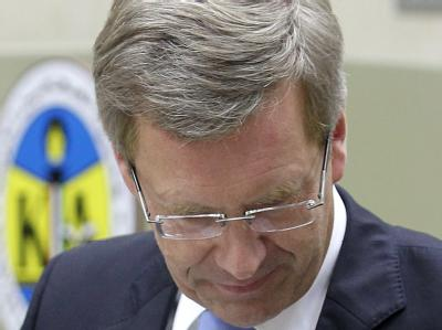 Zuhause warten unangenehme Fragen: Bundespräsident Christian Wulff in Kuwait. Foto: Wolfgang Kumm