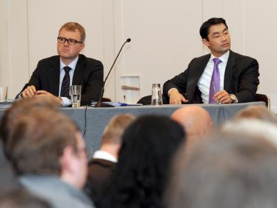 FDP-Chef Philipp Rösler (r.) und Frank Schäffler bei einer Diskussion zum Mitgliederentscheid. Foto: Franziska Kraufmann/Archiv