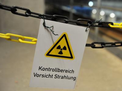 Ein Warnschild im atomaren Zwischenlager in Gorleben. Foto: Jochen Lübke/Archiv