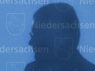 Der Schatten der Vergangenheit: Ein Privatkredit aus seiner Zeit als niedersächsischer Ministerpräsident holt Bundespräsident Wulff ein. Foto: Jochen Lübke/ Archiv.
